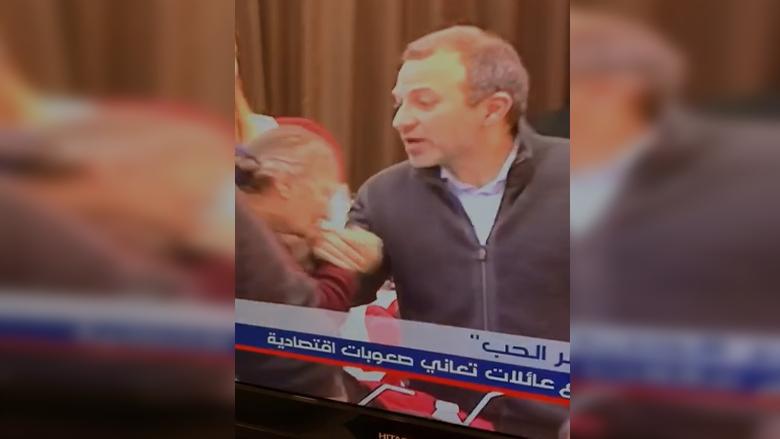 ما الذي يدفع بامرأة مسنّة إلى تقبيل يد جبران باسيل؟