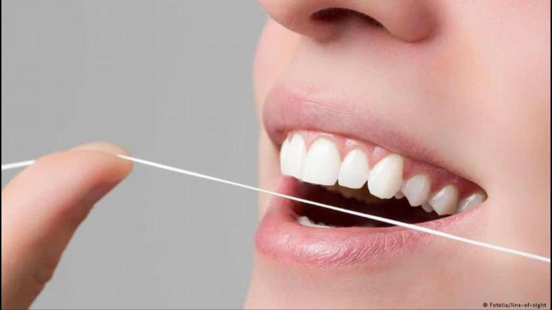 علماء يحذرون من خطر استخدام خيط تنظيف الأسنان