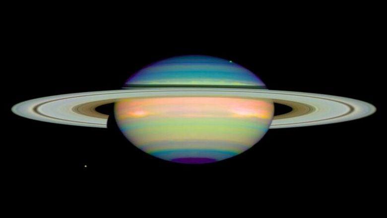 """أعجوبة فلكية: دراسة مفاجئة عن """"ملك الكواكب"""" وأقماره الـ6.. تناقضُ ما صدّقه العالم لأعوام!"""
