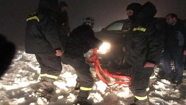 بالصورة: سحب سيارة احتجزتها الثلوج في شارون