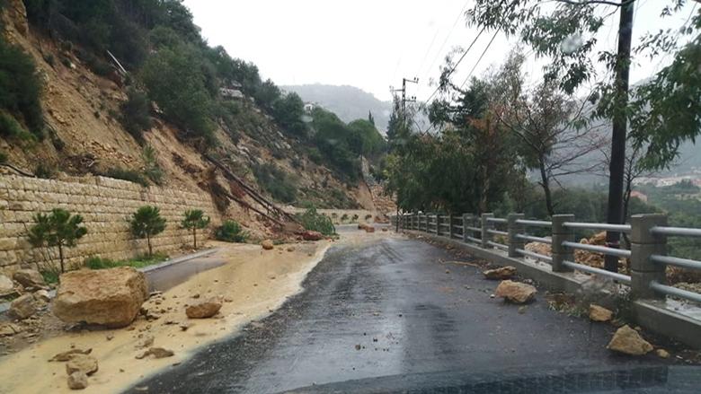 إنهيارات على طريق باتر الشوف - جبليه تهدد سلامة المواطنين والبلدية تناشد المعنيين التحرك السريع