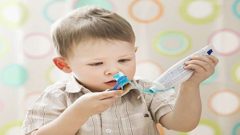 ضرر معجون الأسنان على الأطفال أكبر مما يعتقد