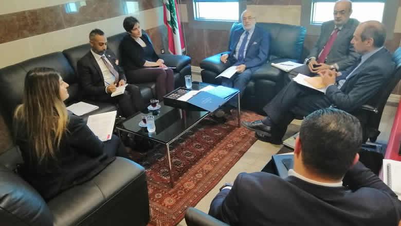 شهيب عرض مع سفيرة كندا برامج التعاون