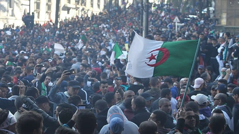 الجزائريون يرفضون التمديد لبوتفليقة ويخشون تدخل الجيش