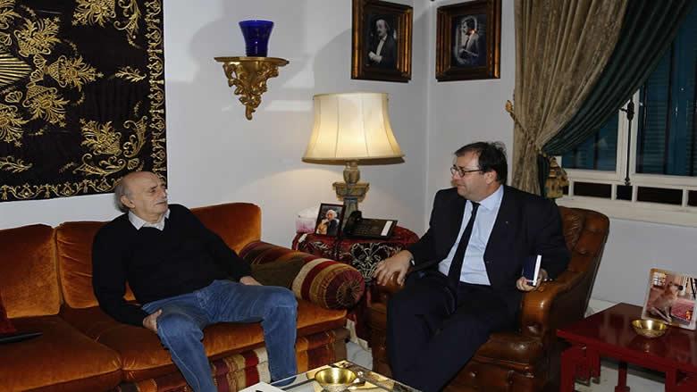 جنبلاط عرض التطورات مع السفير الفرنسي