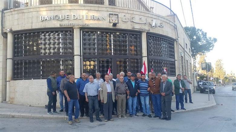 العسكريون المتقاعدون يعتصمون أمام مصارف لبنان المركزية في مختلف المناطق