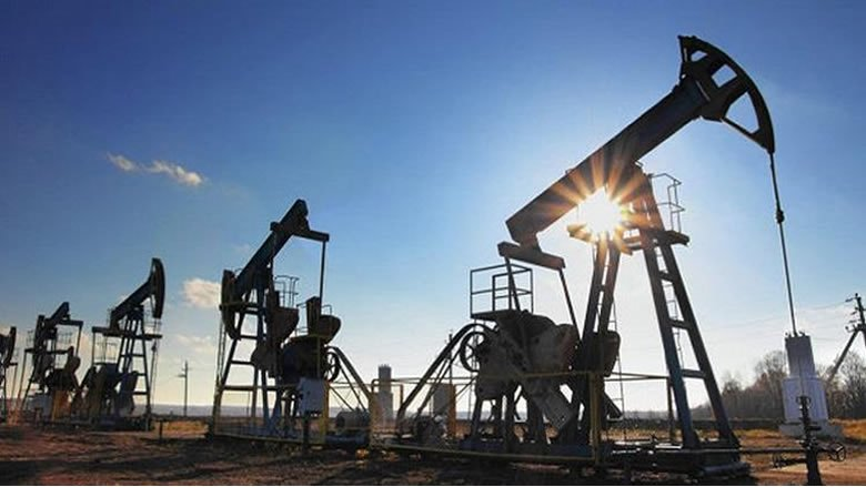 النفط يتخلى عن مكاسبه ويتراجع بفعل الحرب التجارية