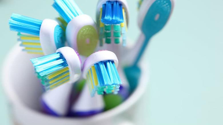 بيئة حاضنة للمرض.. احذر من فرشاة أسنانك!