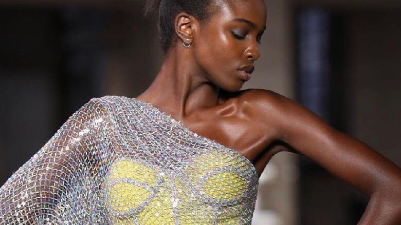 من هي العارضة التي إفتتحت عرض أزياء رامي القاضي في باريس؟