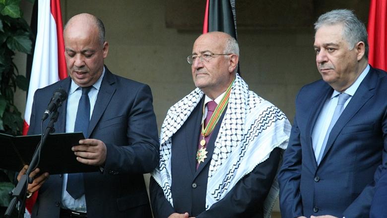 الرئيس الفلسطيني يمنح العريضي وساماً رفيعاً يحمل إسم ياسر عرفات