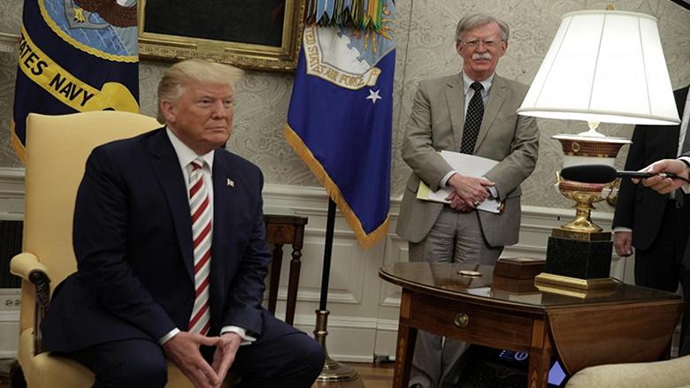 """""""الإندبندنت"""": هذا ما سيحدث بعد إقالة """"صقر ترامب"""" ومهندس غزو العراق!"""