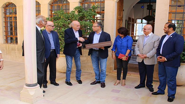 جنبلاط يمنح سفير مصر ميدالية كمال جنبلاط... والنجاري: نعتز بدوركم العربي واللبناني