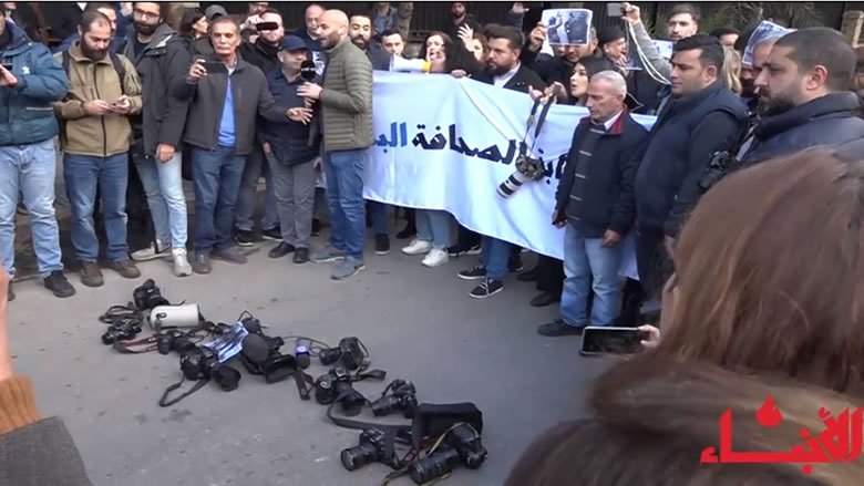 """#فيديو_الأنباء: وقفة أمام """"الداخلية"""" رفضاً للاعتداء على الصحافيين.. والحسن: أتحمّل المسؤولية"""