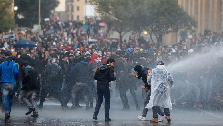 عودة الهدوء إلى وسط بيروت بعد مواجهات بين المحتجين وقوى الأمن