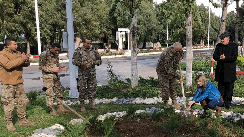 """""""الهيئة اللبنانية للتنمية البشرية"""" قدمت 200 شتلة صنوبر للجيش في معسكر """"عرمان"""""""