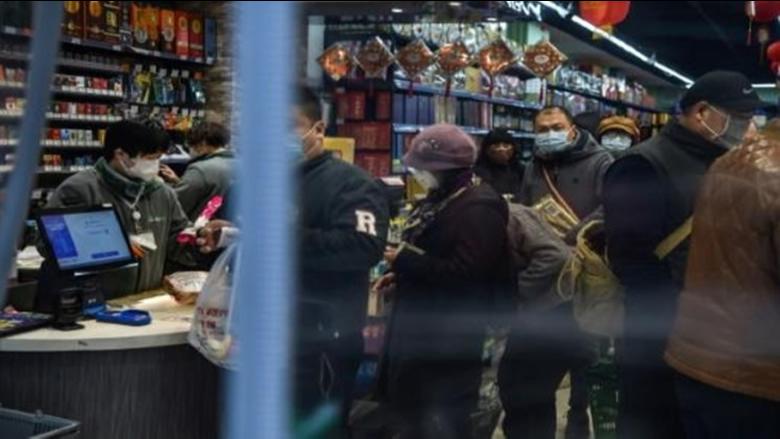 """الصين تعزز إجراءاتها لمنع تفشي """"كورونا"""" وأجانب ينتظرون الإجلاء"""