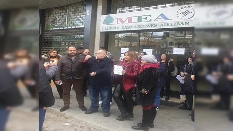 اعتصام امام مكتب شركة طيران الشرق الاوسط في صيدا