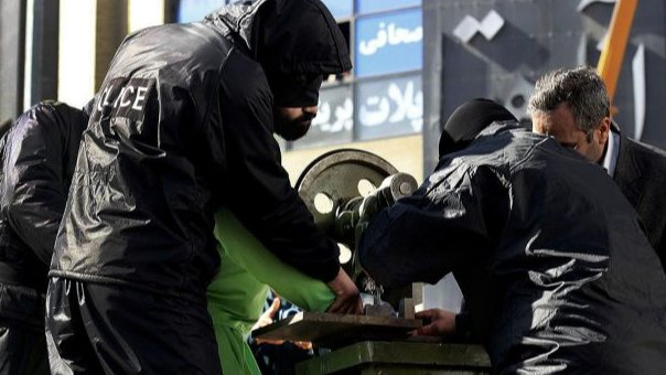 بترٌ للأصابع وإعترافات قسرية.. إدانة السرقة في إيران
