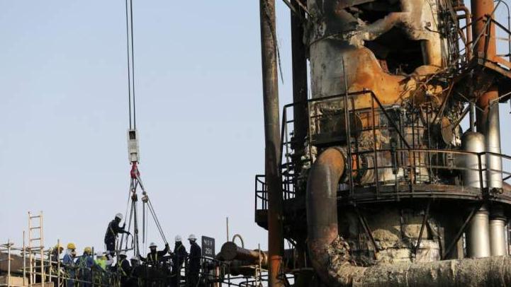 تبعات قرار دفع كلفة إستيراد النفط بالليرة.. ومخاوف من التقنين والمخاطر الأمنية
