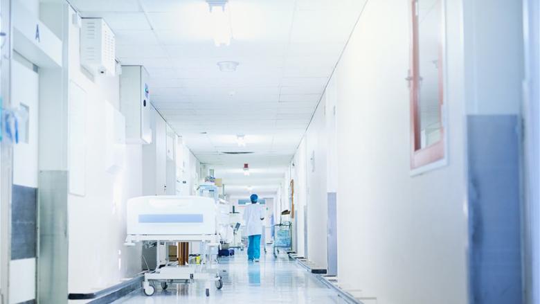 القطاع الطبي بحاجة لاغاثة فورية... أكثر من 300 طبيب و200 عامل صحي غادروا منذ تموز