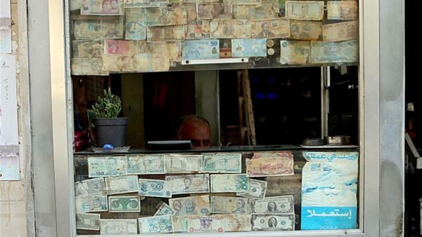 إنخفاض ملحوظ في سعر صرف الدولار... العامل السياسي مؤثّر واستقراره رهن التطورات