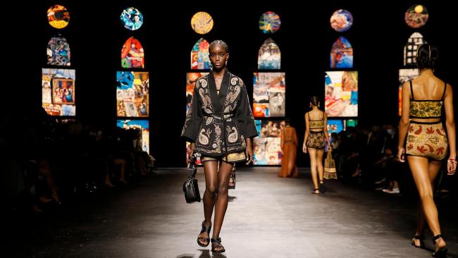 """أزياء """"ديور"""" خلال أسبوع الموضة في باريس"""