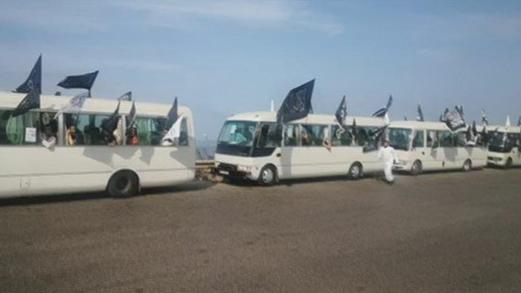 بالفيديو: باصات تنقل متظاهرين من الشمال إلى السفارة الفرنسية