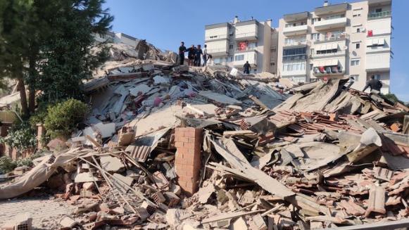 بالفيديو: زلزال مدمّر في تركيا.. إنهيار مباني وفيضان طرقات