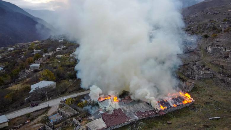 رفضا للإستسلام.. أهالي كاراباخ يحرقون منازلهم ويهجرونها