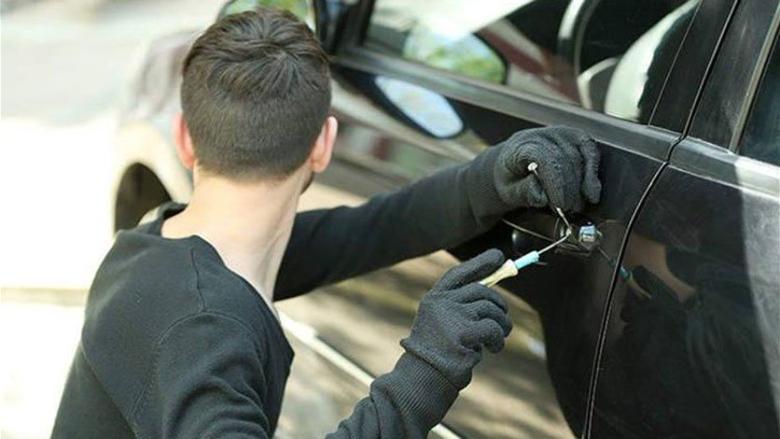 توقيف مشتبه به بالقيام بعمليات سرقة من داخل السيارات.. وتحذيرات للبنانيين