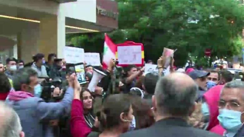 متظاهرون أمام منزل القاضي صوان في الأشرفية رفضاً للتأخير في تحقيقات انفجار المرفأ