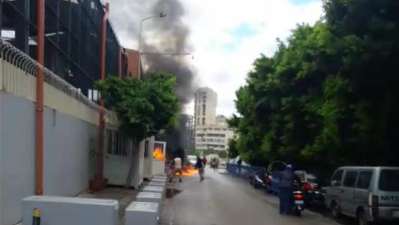 مواطن يحرق نفسه أمام الضمان الإجتماعي في بئر حسن