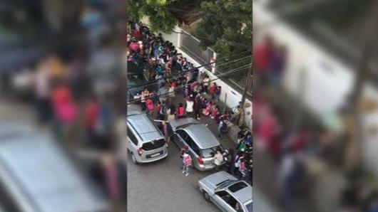 بالفيديو: اكتظاظ في إحدى المدارس وعدم التزام بتدابير الوقاية