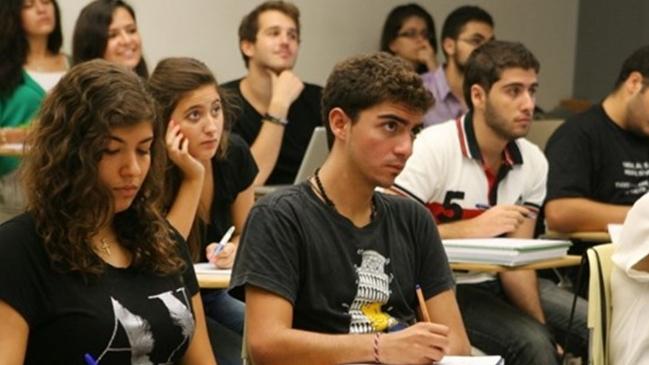 قرار قضائي يُلزم بتحول الدولار إلى أحد طلاب الخارج