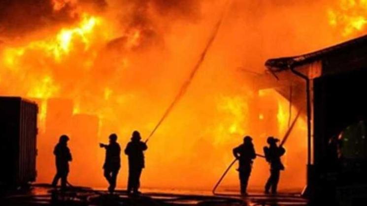 إخماد حريق في معمل لصناعة أنابيب البلاستيك