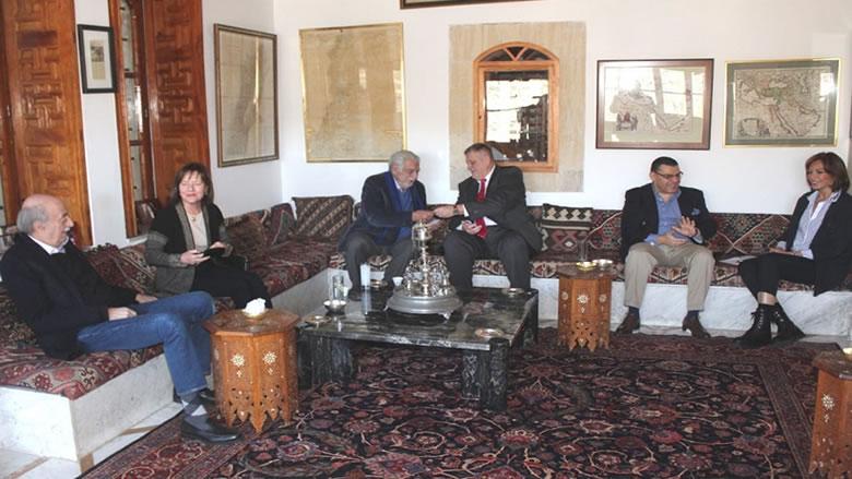 جنبلاط التقى سفراء أميركا ومصر والأمم المتحدة وكرّم ريتشارد