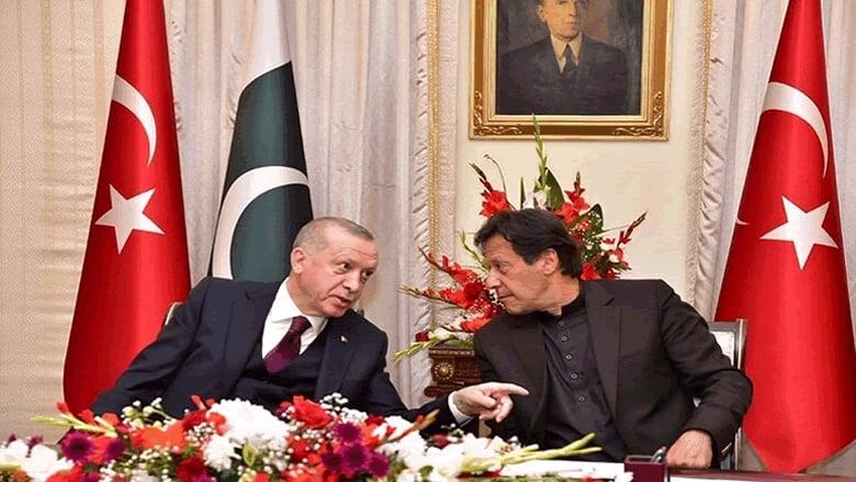 """أردوغان يهدي """"احتلال القرن"""" إلى عمران خان"""