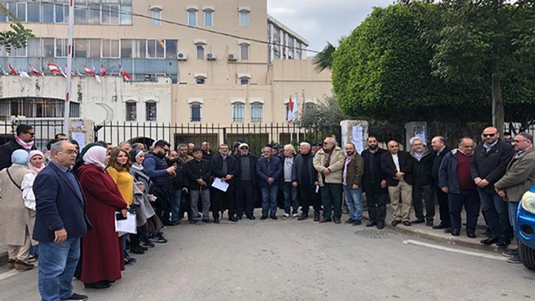 اعتصام امام بلدية صيدا رفضا لطمر بقايا معمل النفايات في البحيرة