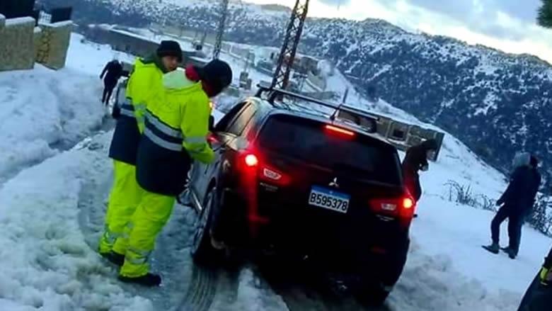 إنقاذ أشخاص احتجزت الثلوج سياراتهم على طريق القبيات