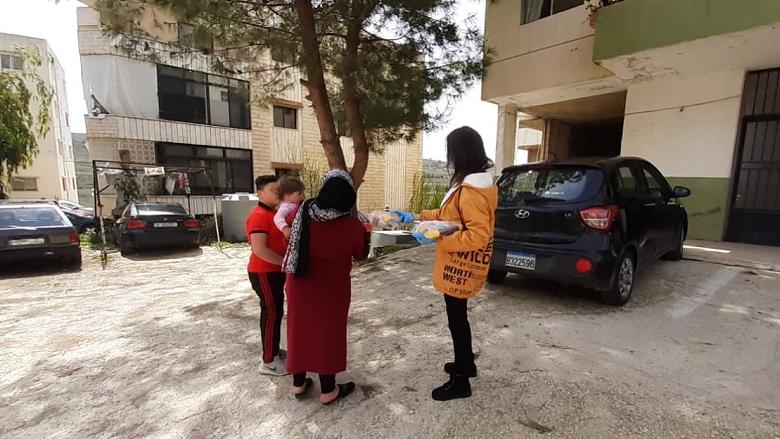 """مؤسسة """"الفرح"""" وزَعت مستلزمات """"النظافة"""" على السوريين في الشوف"""