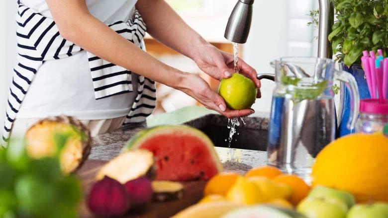 بعد العودة من المتجر… إليكم طرق تعقيم المنتجات الغذائية حسب نوعها!