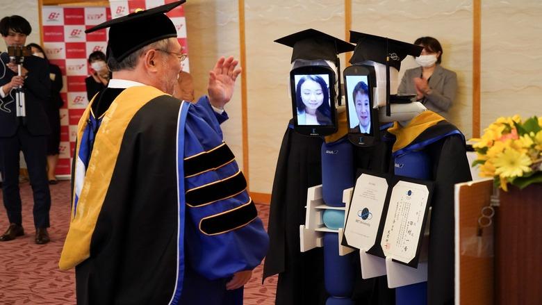 """حفل تخرج """"ذكي"""" لطلاب جامعة يابانية بسبب كورونا"""