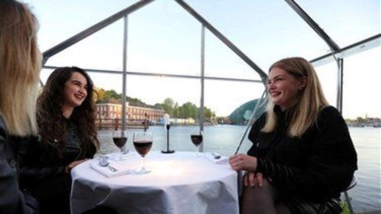 مطعم هولندي يستقبل زبائنه في بيوت زجاجية لحمايتهم من كورونا