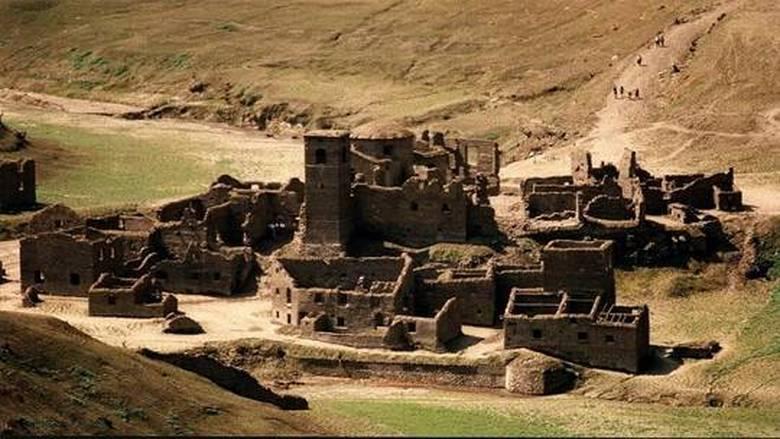 """قرية أشباح"""" من القرون الوسطى مغمورة تحت المياه تطفو إلى السطح"""