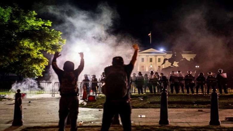 مواجهات وإطلاق غاز مسيل للدموع أمام البيت الأبيض