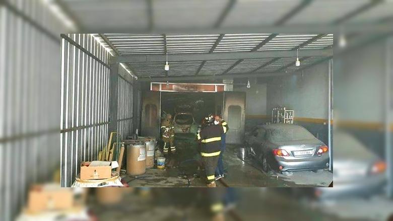 إخماد حريق داخل كاراج لطلاء السيارات