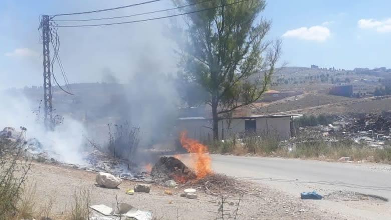 إضرام النيران في نفايات مرمية على طريق الدوير