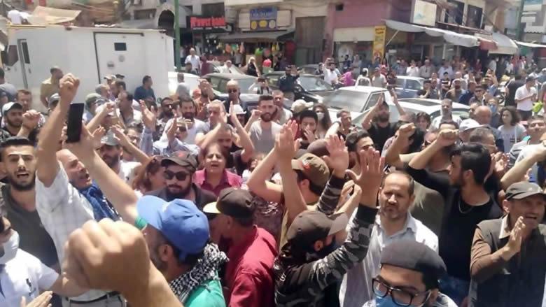 مشهد يذكّر ببداية الثورة السورية... درعا تهتف مجددا لاسقاط النظام