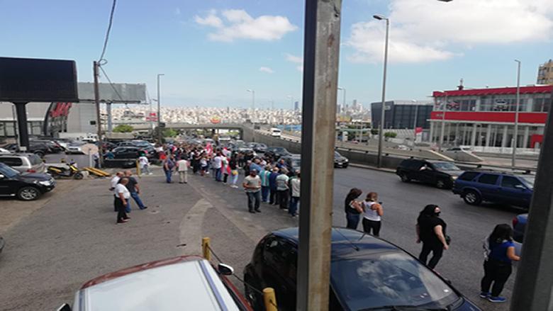 بدء توافد المحتجين على طريق القصر الجمهوري