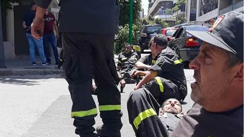 عناصر الدفاع المدني قطعوا الطريق امام الداخلية إحتجاجا